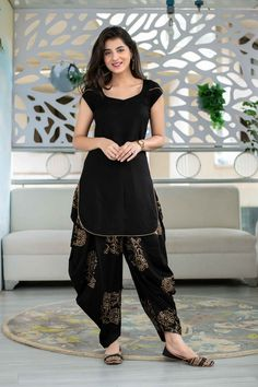 Party Wear Indian Dresses, Indian Gowns Dresses, Dress Indian Style, Indian Fashion Dresses, Indian Designer Outfits, Designer Party Wear Dresses, Silk Kurti Designs, Simple Kurta Designs, Kurta Designs Women