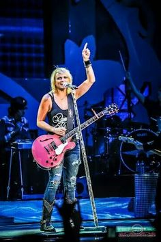 Miranda Lambert... gotta love the pink guitar
