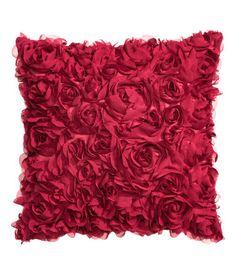 Rood. Een kussenhoes van satijnen kwaliteit met decoratieve bloemen van chiffon. Blinde ritssluiting.