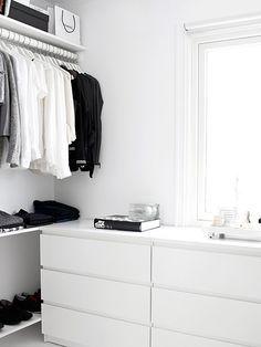 Walk-in-Closet on a low budget Dressing dans un esprit minimaliste Related posts: DIY Open Concept Schrank – Alicia Fashionista – … Mein neuer begehbarer Kleiderschrank! dresses in your closet Built out closet – Closet Walk-in, Closet Bedroom, Closet Space, Home Bedroom, White Closet, Walk In Closet Ikea, Tiny Closet, Bedroom Decor, White Wardrobe
