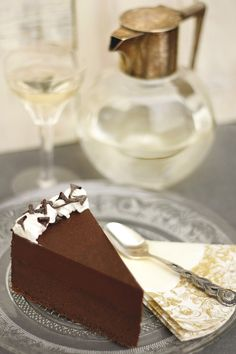 Trüffeltorta Közel egy kiló csokoládé van benne. Azt hiszem, ezzel nagyjából mindent el is mondtam. Hogy az egészet a tejszín lágysága teszi krémessé és karakteressé, az már csak a ráadás. Ez a torta már a megjelenésével is hódit. Csokirajongóknak már-már kötelező.  Neked Cake Budapest