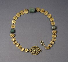 Gold and agate necklace with heart-shaped plaques Roman, century A. Byzantine Jewelry, Renaissance Jewelry, Medieval Jewelry, Ancient Jewelry, Antique Jewelry, Gold Jewelry, Jewelery, Vintage Jewelry, Byzantine Art
