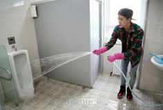 OMG ITS SEHUN WET- SYSTEMING A BATHROOM. HE KNOWS MY PAIN!