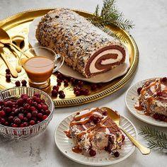 Jouluinen kakkurulla on mainio syy kutsua ystävät kylään ja herkutella joulun mauilla. Tarjoa glögillä maustettua Kuurankukka-kakkurullaa makean kinuskikastikkeen ja kirpeiden karpaloiden kanssa ja iltapäivän herkkuhetki ystävien kanssa on valmis alkamaan.  #joulu # tunnelma