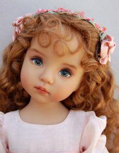 poupée réaliste, jolies cheveux bouclés et yeaux bleus