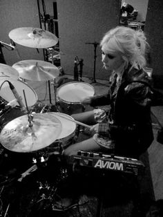 Taylor Momsen - there is no drummer cuter than this.
