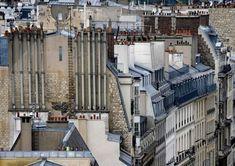 Le photographe de nationalité allemande Michael Wolf documente la densité urbaine à travers le monde avec ses images claustrophobiques de Tokyo ou Hong Kong, cette fois il s'intéresse à Paris avec cette série de photos de ses toitures et cheminées.