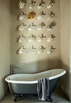 Eye-catching bathtub in art deco style from Antonio Lupi, with the art installation Ex Voto by Biscuit Lifos Ceramiche.