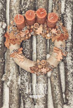 Fahéjas adventi koszorú Christmas Advent Wreath, Winter Christmas, Christmas Crafts, Christmas Decorations, Advent Candles, Candles And Candleholders, Wreath Crafts, Homemade Christmas, Diy And Crafts