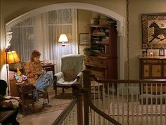 Hooked rug in upstairs landing-Stepmom movie house Stepmom Movie, Real Stepmom, Stepmom 1998, Upstairs Landing, Upstairs Hallway, Home Tv, Celebrity Houses, Victorian Homes, Old Houses