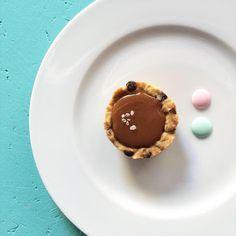 ciastka z kremem: COOKIE CUP z kremem czekoladowym i solonym karmele...