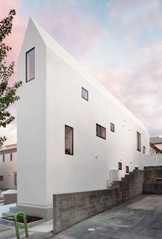 Das 'House K' der Hiroyuki Shinozaki Architekten ist ein Duplex-Haus in einer ruhigen Wohngegend eines Vororts von Tokio. Das Hauses soll Raum für zwei Familien bereitstellen. Dabei ist es nicht einfach in zwei separate Bereiche unterteilt, sondern besteht aus gemeinsamem Wohnraum und getrennten Privaträumen. Die verschiedenen Räume sind durch einen Flur miteinander verbunden. Insgesamt besteht [...]