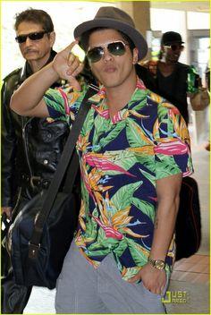 Bae is cool Bruno Mars, Perfect Music, Mens Hawaiian Shirts, Bowling Shirts, Adam Levine, Gorgeous Men, Sexy Men, Men Casual, Singer