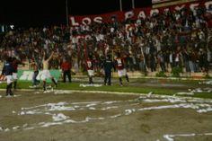 #CDLASERENA 4 - chango 2. La celebracion del equipo granate con la hinchada papayera.