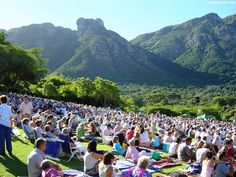 Kirstenbosch Summer Sunset Concerts are a wondeful way to spend a Sunday evening in Cape Town. Namibia, Le Cap, Picnic Spot, Cape Town South Africa, Kwazulu Natal, Summer Sunset, Pretoria, Botanical Gardens, Nature