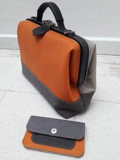 Laptoptas oranje met matchende portemonnee Leather Briefcase, Leather Bag, Big Girl Fashion, Mens Fashion, My Bags, Purses And Bags, Bag Patterns To Sew, Handmade Bags, Leather Craft