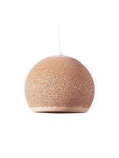 SPONGEUP Terrakota - Die Leuchte ist aus dem Naturmaterial Keramik und von Hand gefertigt. #lamp #leuchte #design #keramik #ceramics
