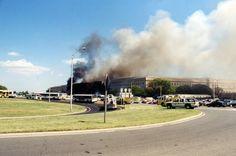 11-Septembre, le Pentagone - De très nombreux camions de pompiers et véhicules de police entourent le bâtiment alors que la fumée s'élève dans le ciel de Washington. FBI