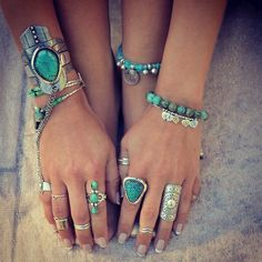 Boho chic style stacked turquoise bracelets, silver bangles & cuffs and modern hippie chunky rings Estilo Hippie, Hippie Chic, Hippie Style, Boho Chic, Bohemian Style, Boho Gypsy, Ethnic Chic, Gypsy Style, Bohemian Hair