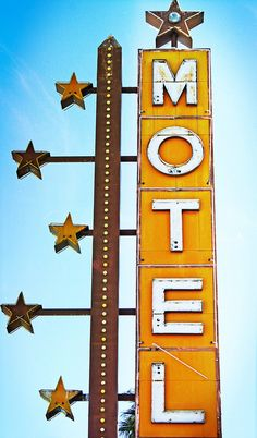 Stars on a vintage neon motel sign Old Neon Signs, Vintage Neon Signs, Old Signs, Roadside Signs, Roadside Attractions, Station Essence, Critique D'art, Hotel Motel, Googie