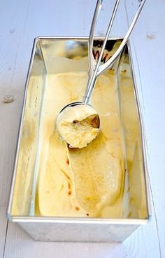 dulce de leche ijs recepie is in Dutch Just Desserts, Delicious Desserts, Dessert Recipes, Yummy Food, Dutch Recipes, Sweet Recipes, Cooking Recipes, Gelato, Almond Joy