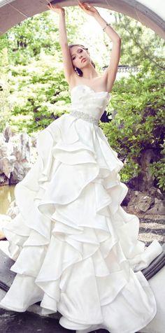 ウェーブが可愛いシンプルドレス : 普通のドレスじゃ物足りない♡ちょっと個性的なウェディングドレス - NAVER まとめ