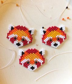 Les pandas roux m'envahissent Les pandas roux m'envahissent Charlotte Souchet © ❤ Bead Embroidery Jewelry, Beaded Jewelry Patterns, Beaded Embroidery, Beading Patterns, Bracelet Patterns, Beading Projects, Beading Tutorials, Perler Beads, Miyuki Beads