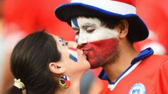 Chile fans kiss prior to the 2014 FIFA World Cup Brazil Group B match between Spain and Chile at Estadio Maracana Chi Chi, Laws Of The Game, International Football, Team Photos, Fifa World Cup, Girl Pictures, Fangirl, Competition, In This Moment