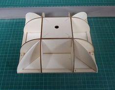 montants et renforts d'angle encollés sur la cartonnette support de couvercle