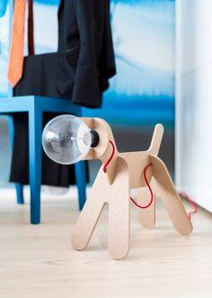 Eine von vielen aufrüttelnd einzigartigen Details zu Hause gesehen, diese Lampe Hund mischt natürliches Holz und hellen Rot in einem magischen Science-Fiction-Design.