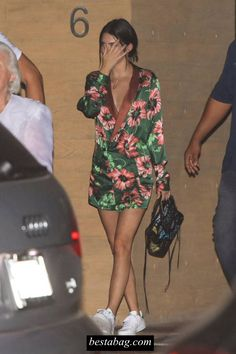 Kendall Jenner - Night Out With Blake Griffin in Malibu Kendall Jenner Style, Outfits and Clothes. How To Wear Sneakers, Dress With Sneakers, Kendall Jenner Outfits, Kendall And Kylie Jenner, Spring Street Style, Spring Summer Fashion, Stan Smith Outfit, Blake Griffin, Dinner Outfits