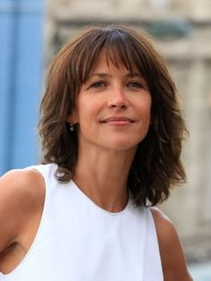 The tapered square of Sophie Marceau Medium Shaggy Hairstyles, Hairstyles With Bangs, Cool Hairstyles, Medium Hair Styles, Short Hair Styles, French Actress, Hair Dos, Short Hair Cuts, New Hair