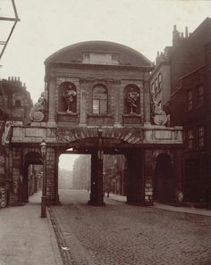 Temple Bar, designed by Christopher Wren in once stood in the Strand as one of the gates to the City of London, bu… – architecture Victorian London, Vintage London, Old London, Victorian Street, Victorian Ladies, Victorian Era, City Of London, London History, British History