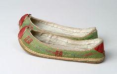 태사혜 운혜 조선시대 비단신 : 네이버 블로그 Korean Traditional, Traditional Fashion, Traditional Outfits, Korean Shoes, Korean Accessories, Chinese Element, Modern Kimono, Shoe Pattern, Korean Women