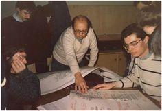 1986: entouré d'étudiants en musicologie, André Boucourechliev montre un de ses Archipels à l'École Normale Supérieure de Paris (© D.R)