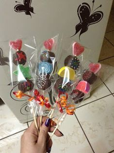 16 Hermosas ideas para hacer brochetas de cumpleaños infantiles ~ Manoslindas.com Candy Pop, Candy Party, Party Treats, Party Favors, Candy Kabobs, Candy Arrangements, Bar A Bonbon, Sweet Trees, Candy Crafts