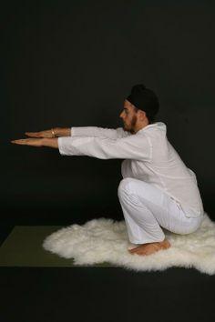 In this Kundalini Yoga video experienced yoga instructor demonstrates several kriyas that are also suitable for beginners. Enjoy the benefits of Kundalini Yoga. Reiki, Kundalini Yoga Poses, Chakra Raiz, Plexus Solaire, Les Chakras, Yoga Chakras, Yoga Tips, Yoga Sequences, Pranayama
