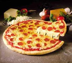 Pizza severler buraya! Dışarda pizza yemek istemiyor yada evde çocuklarınıza, kendinize ve misafirlerinize ev yapımı pizza yapmak istiyorsanız buyrun tarifi burda.Pizza hamuru nasıl yapılır, pizzanın sosu ve üstü nasıl hazırlanır detaylarıyla.Ev Yapımı Pizza Tarifi. evde-pizza-tarifi Pizza hamurunun ölçüleri (4 porsiyon için) Un: 250 g Taze maya: 15 g Sıvı yağ: 3 yemek kaşığı Tuz :1/8 çay kaşığı Su (ılık): 175 gr Şeker : 1 yemek kaşığı Pizza Domates Sosu Ölçüleri Zeytinyağı 2 yemek kaşığ...