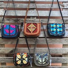 L.E besace à bandoulière cama en cuir et pagne vlisco coloris dispo #vliscooutfit #vlisco African Accessories, African Jewelry, Fashion Handbags, Fashion Bags, Ankara Bags, African Print Clothing, Leather Art, African Fashion Dresses, Printed Bags