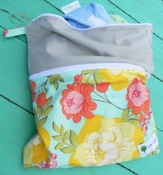 Sew A Bag Cloth Diaper Wet/Dry Bag {Tutorial} DIY Finally a how-to with 2 compartments, double zipper! Cloth Nappies, Cloth Pads, Baby Sewing Projects, Sewing Projects For Beginners, Wet Bag Tutorials, Diy Sac, Just In Case, New Baby Products, Sewing Patterns