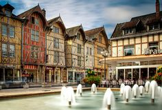 Jour #2, 07/01/15. Dernier jour à Troyes.  Rue Emile Zola. Séjournez à Troyes à petits prix. http://www.fasthotel.com/champagne-ardennes/hotel-troyes