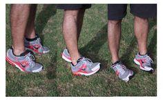 POSICIONES DE LOS PIES.  Caminamos unos cuantos pasos primero sobre la punta de los pies, luego sobre los talones, y por último sobre el borde exterior. Así prepararemos los tobillos para la sesión de entrenamientos.