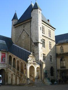Dijon. Palais des Ducs. www.pont-roche.com www.latourdelabergement.com Architecture France, Places To See, Places Ive Been, Monuments, Burgundy France, Belle France, Loire Valley, Romantic Paris, French Castles