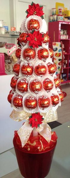 chocolate candy bouquet in glass container ideas - Christmas tree Candy Crafts, Xmas Crafts, Christmas Projects, Christmas Gift Baskets, Christmas Treats, Christmas Decorations, Candy Gift Baskets, Diy Christmas Presents, Christmas Makes