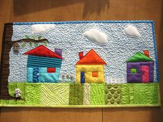 quilt houses mug rug Quilting Projects, Quilting Designs, Sewing Projects, Small Quilts, Mini Quilts, Paper Piecing, House Quilt Block, Fabric Postcards, Miniature Quilts