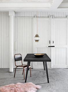 Deze prachtige vintage stoel van het Deense merk Nordal doet een beetje denken aan de ouderwetse schoolstoelen, maar dan met een vleugje van nu. Geweldig mooi om deze hippe combinatie juist te plaatsen in een klassiek, of juist modern interieur.
