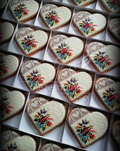 Wedding cookies #wedding #mezes #mezesmanna #gingerbread #lace #handmade #heart #heartcookies #royalicing #icingcookies #icingcookie #mézeskalács #mézesmanna #szeretemamunkam #gift #weddinggift