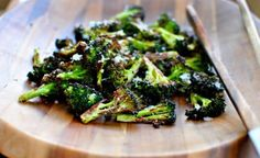12вкусных блюд, которые можно сделать изовощей Режем брокколи, выкладываем ее на противень, смазанный оливковым маслом. Солим и перчим. Запекаем 10-13 минут при 200 градусах. Перед подачей можно посыпать тертым сыром.