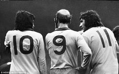 George Best, Bobby Charlton and Ian Storey-Moore are pondering a free-kick in 1972 Manchester United Football, Manchester City, Bobby Charlton, Free Kick, Man United, Sport Fashion, Premier League, Superstar, Life Is Good