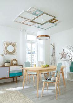 Salle à manger avec une table en bois et déco murale